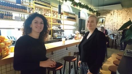 Hankkeen vetäjä Johanna Kohvakka (oik.) vierailulla Amsterdamissa toimivassa hävikkiruokaravintolassa. Taustalla näkyy hävikkileivästä tehtyä olutta.