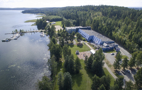 The Mobilia Automobile Village is situated in a scenic location by the lake. Photo: Takatasku Oy